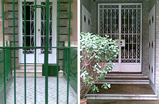 Imagem de duas portarias com degrau na entrada, nas quais existe espaço suficiente para colocação de uma rampa.
