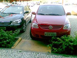 Carro estacionado em frente à rampa