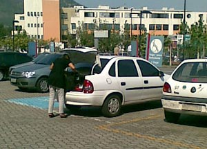Carro estacionado indevidamente na vaga reservada
