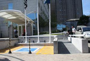 Rampa de entrada e vaga de estacionamento reservada para pessoas com deficiência
