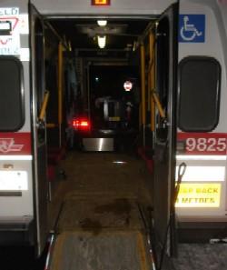 Parte traseira de um ônibus do Wheel-Trans, onde fica a rampa de acesso.