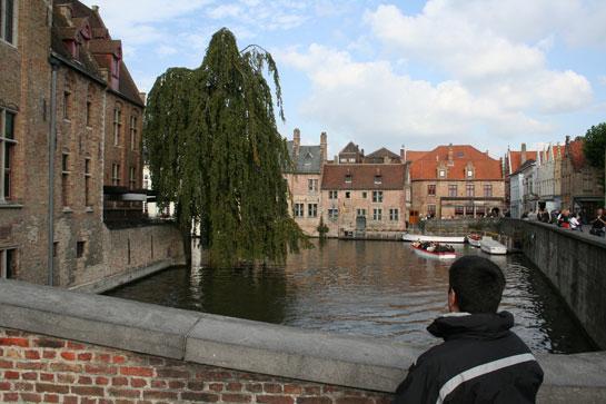 Vista de um canal em Bruges a partir de uma ponte