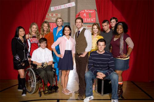 Personagens do seriado americano Glee sobre um palco