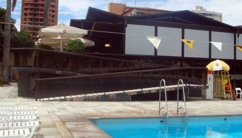 Rampa de acesso ao restaurante da piscina olímpica - vista da piscina