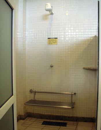 Chuveiro do vestiário com banco de parede