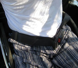 cinto de segurança prendendo a cintura do cadeirante