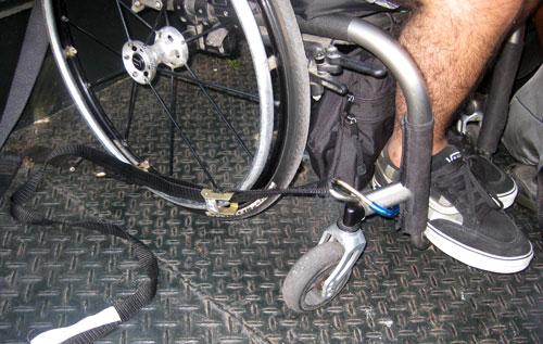 Cinto preso ao chão da caçamba do jipe e à cadeira de rodas.