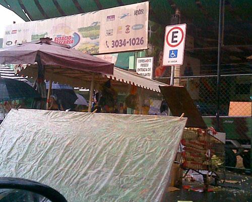 Vaga para pessoas com deficiência indevidamente ocupada por barraca de feira