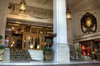 Entrada do Alvear Palace Hotel com plataforma elevatória
