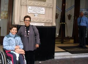 Laura e sua mãe na entrada do café Tortoni - degrau para entrar