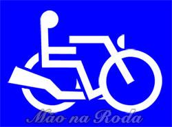Símbolo de acessibilidade redesenhado de forma que o cadeirante parece dirigir uma moto