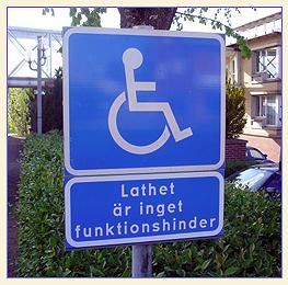 Placa marcando vaga reservada com dizeres em sueco