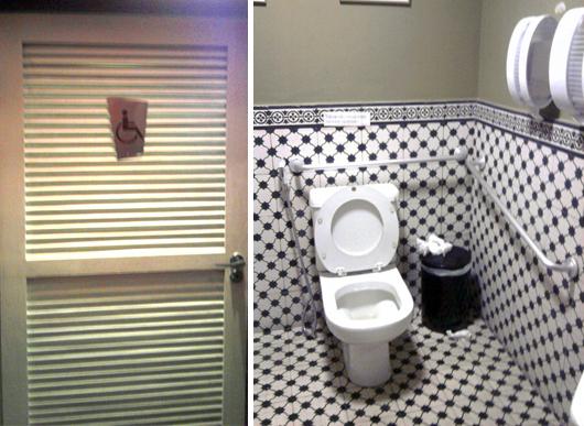 Porta do banheiro adaptado sinalizada e interior do banheiro