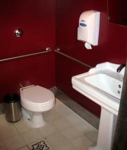Banheiro exclusivo para pessoas com deficiência