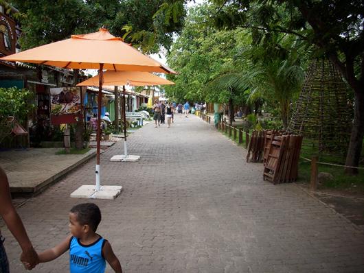 Rua na vila da Praia do Forte