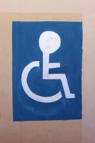 Símbolo de acesso mal desenhado - cabeça do cadeirante é enorme