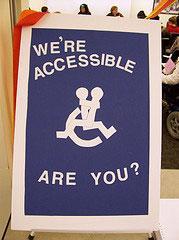 Desenho de cadeirante com pessoa no colo