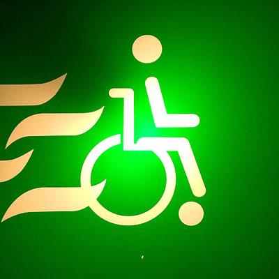 símbolo universal de acesso com desenho de fogo atrás da cadeira de rodas
