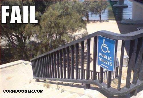 sinalização indicando que é preciso descer escadas para se chegar ao banheiro acessível
