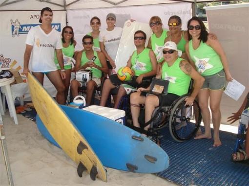 Pessoal do E-Solidário e do Praia para todos com as doações arrecadadas