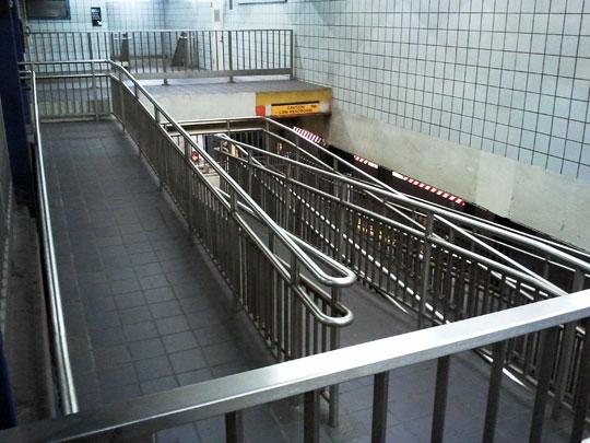 Rampa dentro do metrô de Nova Iorque