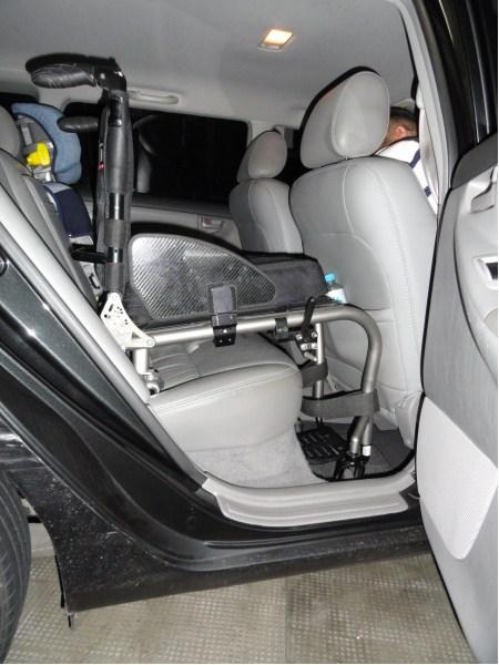cadeira rígida acomodada penas sem as rodas traseiras no banco