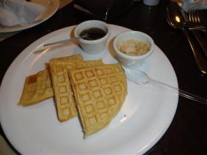 waffles com calda Mapple e amêndoas