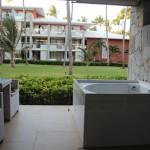 Há uma banheira de hidromassagem em nas varandas de todos os quartos