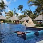 A espreguiçadeira dentro da piscina é ótima para relaxar