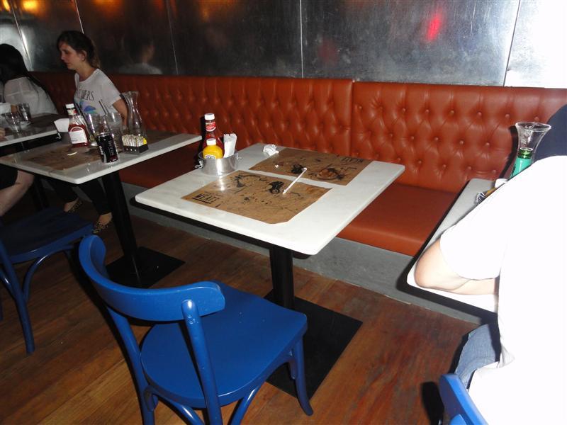 mesas não dificulta a entrada da cadeira