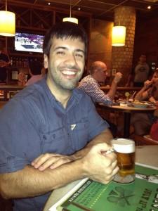 O autor, em um momento de extrema superação. Como foi difícil chegar ao bar e beber um chopp!