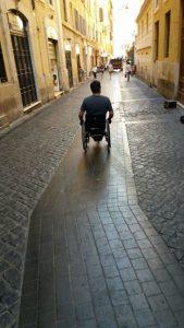 Cadeirante andando por rua em Roma